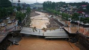 Pelo menos 33 pessoas morreram nas inundações causadas pelo mau tempo na China