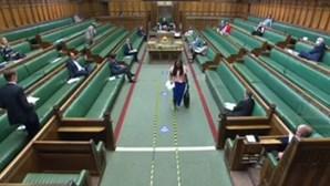 "Deputada inglesa diz que primeiro-ministro é ""mentiroso"" e acaba expulsa do parlamento"