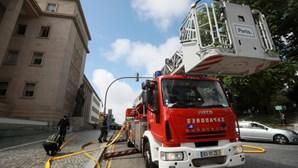 Bombeiros combatem chamas no telhado do Palácio da Justiça no Porto