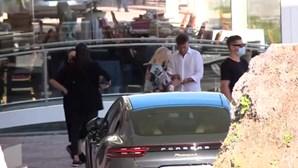 Tony Carreira chega ao Casino Estoril para o primeiro concerto após a morte da filha. Veja o momento