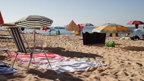 Chapéus de sol reservam espaço na praia de Armação de Pêra