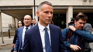 Selecionador do País de Gales acusado de pontapear ex-mulher e deixá-la nua à porta de quarto de hotel