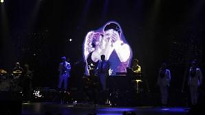 Lágrimas, emoção e homenagem a Sara: As imagens do regresso de Tony Carreira aos palcos