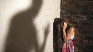 Mulher vê filha menor ser violada pelo companheiro