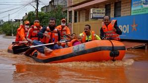 Pelo menos 125 mortos devido a chuvas torrenciais na Índia