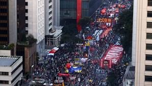 Milhares nas ruas do Brasil exigem destituição do presidente Bolsonaro