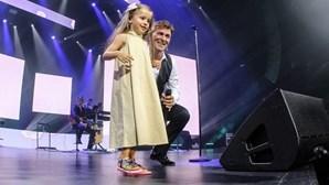 Tony Carreira acarinhado pela neta em dia especial de regresso aos palcos