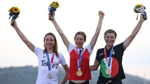 Ciclista Van Vleuten festejou o ouro, mas acabou com a prata em Tóquio 2020