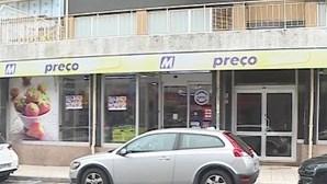 Dupla ameaça funcionário com arma de fogo para assaltar supermercado em Leça da Palmeira