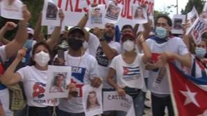 Cubanos residentes em Portugal saem à rua para protestar contra regime comunista no país