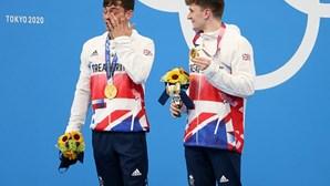 """""""Orgulhoso em dizer que sou gay e campeão olímpico"""": Tom Daley conquista ouro na prova de saltos para a água"""
