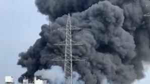 Explosão em fábrica de incineração de resíduos em Leverkusen, na Alemanha. Fumo é visto em toda a cidade
