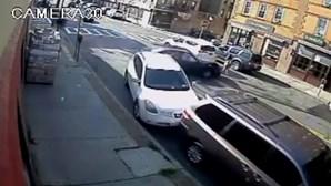 Carro desgovernado atropela mãe e bebé. Menina fica presa debaixo do veículo e é resgatada com vida