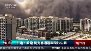 """Tempestade de areia com 100 metros de altura """"engole"""" cidade na China"""