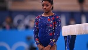 """""""Sinto o peso do mundo nos ombros"""", confessa ginasta Simone Biles após deixar Olímpicos de Tóquio 2020"""