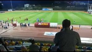 Pinto da Costa dá instruções a partir da bancada para acabar com confusão no FC Porto-Roma