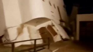 O momento dramático em que uma casa se desmorona e cai ao mar na Argentina