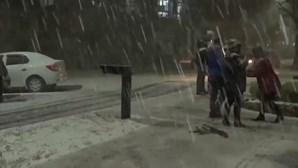 Neve no Brasil? População sai à rua para presenciar cenário raro no país