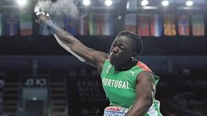 Auriol Dongmo na final do lançamento do peso