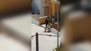 GNR investiga vídeo em que homem ameaça outro com arma no Monte da Caparica