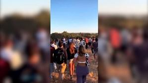 Novas imagens mostram dezenas de jovens em festa em parque de estacionamento de Boliqueime