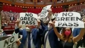 Deputados de extrema-direita italianos fazem manifestação dentro do parlamento contra certificado Covid