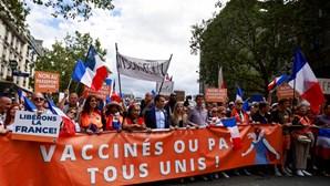 População manifesta-se em Paris contra certificado digital Covid obrigatório