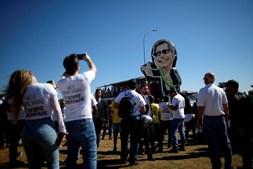 Apoiantes de Bolsonaro manifestam-se pela posse e porte de armas no Brasil