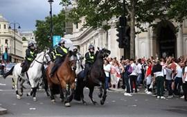 Polícia a cavalo nas ruas onde adeptos ingleses fazem a festa antes da final
