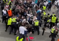 Adeptos ingleses em confrontos com a polícia