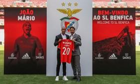 João Mário no relvado do Estádio da Luz, ontem, com Rui Costa. O jogador vai usar a camisola 20