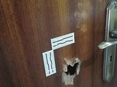 Disparo fez um buraco na porta da casa de banho e atingiu inspetor em serviço