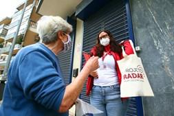 """A Unidade de Desenvolvimento e Intervenção de Proximidade (UDIP) da Luz, uma das 10 existentes na SCML, é dirigida por Joana Andrade (foto abaixo). """"Se não fosse o trabalho dos técnicos de ação social, o impacto da pandemia teria sido mais devastador"""""""