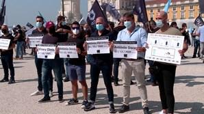 Participantes no protesto empunharam cartazes com os nomes dos colegas, agentes da PSP e militares da GNR, mortos em serviço