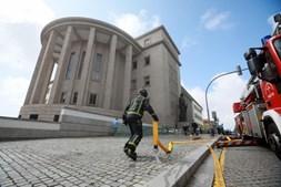 Bombeiros combatem chamas no telhado do Palácio da Justiça do Porto