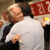 Jorge Jesus celebra os 67 anos com champanhe no balneário do Benfica