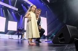 Menina subiu ao palco para cantar 'A Saudade de Ti' e emocionou os fãs
