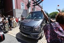 Dezenas de pessoas no último adeus a Otelo de Saraiva. Veja as imagens