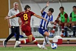 Otávio tenta passar por Villar, num jogo que os dragões empataram no último minuto
