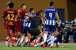 Pepe, no chão, após desentendimento com Mkhitaryan. Gerou-se uma grande confusão entre os jogadores