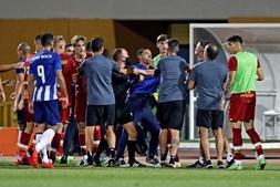 Sérgio Conceição entrou em campo e juntou-se aos seus jogadores nos empurrões