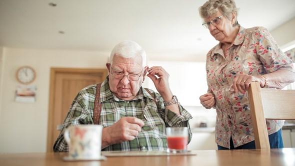 Atenção: amplificadores auditivos não são aparelhos auditivos!