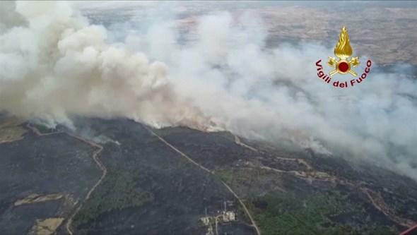 Incêndio de grandes dimensões na Sardenha obriga a retirar de casa mais de 1500 pessoas. Veja as imagens