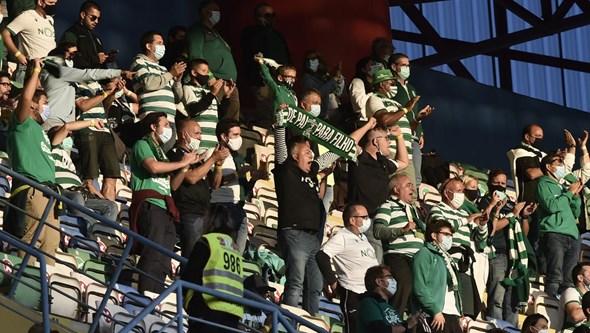 Adeptos de Sporting e Sp. Braga e animam bancadas do Municipal de Aveiro e marcam regresso à festa do futebol