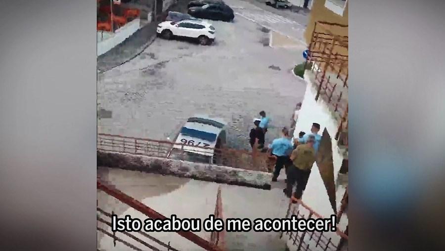 Ação dos militares, armados, foi registada em vídeo pela mãe, Paula Pinto