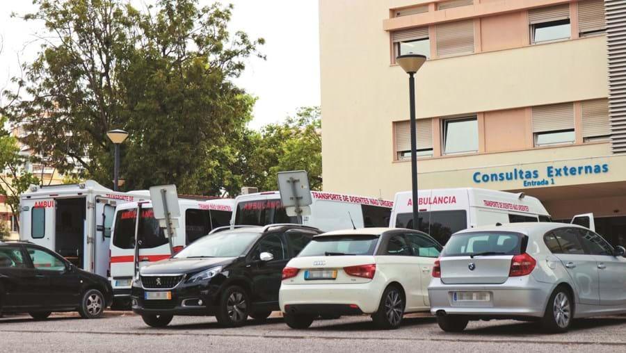 Viaturas de socorro que transportaram doentes com sintomas de Covid-19 ficaram retidas no hospital de Faro