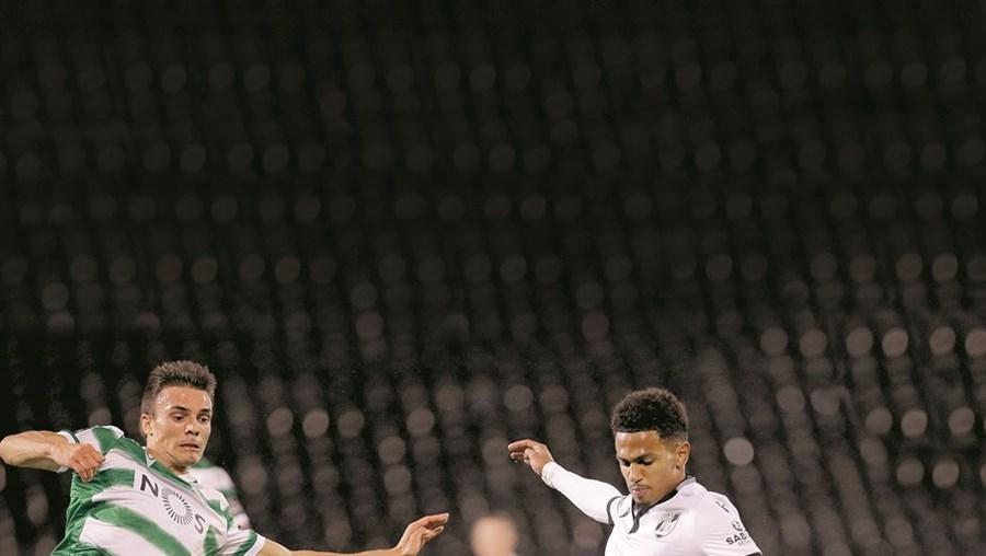 Edwards enfrenta Palhinha, no decorrer de um  jogo com o Sporting, na época passada. Pode vir a trocar de camisola