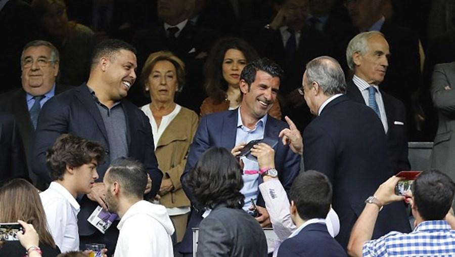 Luís Figo com Florentino Pérez no Estádio Santiago Bernabeu em Madrid