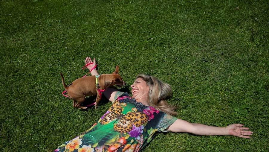"""Paula Marcelo com Baci, a cadelinha que tem há 10 anos e sobre a qual só tem coisas boas a dizer: """"É o meu anjo da guarda"""""""