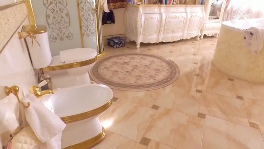 Quartos palacianos e casas de banho douradas: eis a residência de um polícia envolvido num caso de suborno